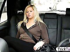 Блондинка пухлая женщина впрыскивает в то время как ее киска трахается с таксистом на заднем сидении машины