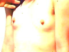 صغيرة الثدي هوتي يحصل ثديها مقروص مثار من قبل سيدها