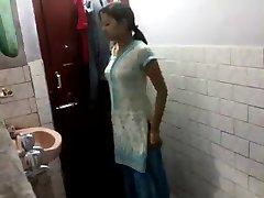 adolescent fille indienne dans la salle de bain