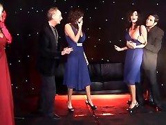 Feminina britânica gêmeos e amigo fodido no palco