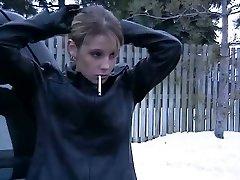 Palenie dziewczyna w skórzanej kurtce i rękawiczkach 2