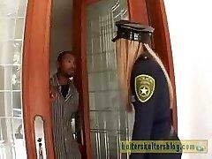 Nieprzyjemny krem-ciemnoskóry policjant dostaje jej sexy kary