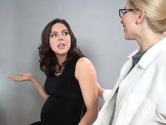 Sadie Holmes Incinta - Medico aiuta il paziente a raggiungere l'Orgasmo