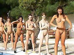 Sei ragazze nude in piscina dall'europa