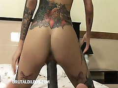 A tatuagem tinha babe enchendo sua buceta molhada, com um brutal vibrador