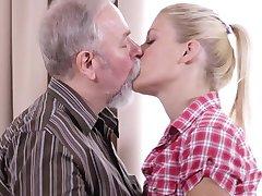 בלונדינית סקסית נדפקת לה את החבר הישן של הדוד בזמן שאתם מחכים לו