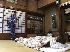 Fille japonaise honore à la fois les maîtres-par PACKMANS