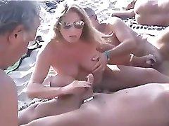 Nude Beach - Public Handjobs avec les Tétons Percés
