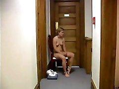 bruneta jenifer este pedepsit și a făcut să se așeze înainte de a fi distrusă