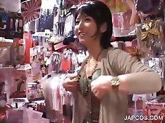 Azjatycka piękność dostaje owłosione kretyn vibed w sex sklepie