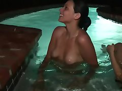 Due hot in topless signore in piscina - DreamGirls