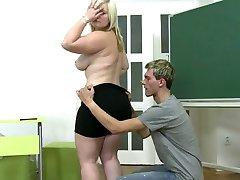 молодой мальчик трахает девушку эрекция на ковер
