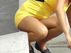 Cigarro óculos de calcinha debaixo da saia