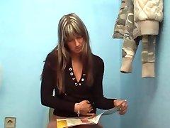 femeia găsește gloryhole la stația de umplere