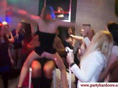 חרמנית במסיבת זונה חובבנים למצוץ את הזין עד שהם בהצטיינות