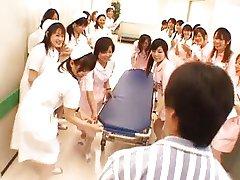 Azjatycki pielęgniarki w gorącej trójkąt