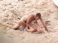 Couple Baise sur la plage et dans les finales, il sperme dans sa bouche