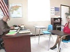 شقراء في سن المراهقة مع النظارات مسامير المعلم يحصل نائب الرئيس على نظارتها