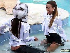 Hot babes prendere in giro in piscina