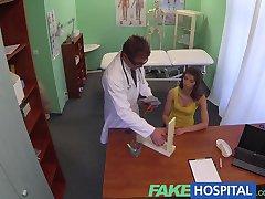 FakeHospital Médecins bite soulage de superbes brunettes chatte qui démange
