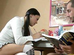 Niegrzeczna dziewczynka lialina atrakcyjny nastolatek bierze członek