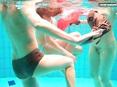 3 ragazze nude divertirsi in acqua