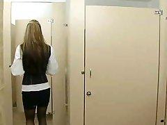 Офисный секс в туалете