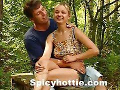сексуальный подросток девушка грохнули в лесу