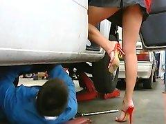 Автомеханик трахает свою грудастую начальницу в офисе