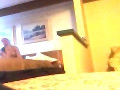 мастурбирует в гостиничном номере