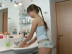 Выебанная в ванной комнате