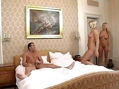 FFM met twee hot body blondjes