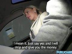 С большими сиськами блондинка трахается в машине