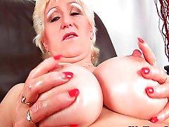 Бабули с большими сиськами палец трахает девку