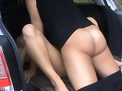 Блондинка любит секс в машине