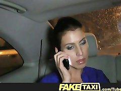FakeTaxi Кристине платит со своей киской, когда она не может позволить себе билет