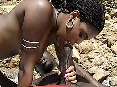 черный милф с волосатой киской наслаждается большой черный член на пляже