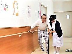 Симпатичные азиатская медсестра получает ее сиськи потер часть1