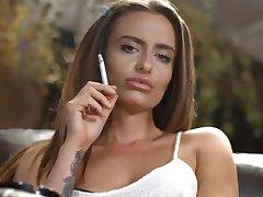 שרה ארנולד לעשן בשרשרת חזקה פקקי עם שלמות