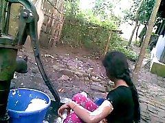 Дези деревенская девушка с большими сиськами принимает ванну в общественных