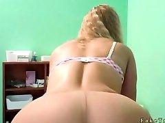 Блондинка без трусов в колготках трахается с врачом
