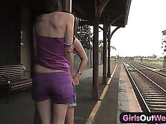 A lányok Nyugat - Szőrös, borotvált leszbikusok az állomáson