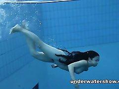 Aranyos Umora a meztelen úszott a medencében