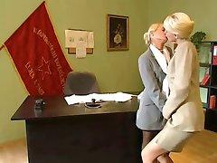 blonda birou lesbiene