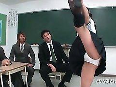 Aziatische gymnastiek schoolgerl wordt nat