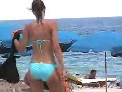 रसदार लूट नीले रंग की बिकिनी में मियामी समुद्र तट