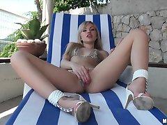 गर्म युवा सुनहरे बालों वाली यूरो लड़की में गीला बिल्ली गड़बड़
