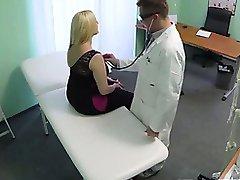 Tykk blonde pasienten får naken for sin lege