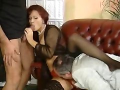 लाल बालों वाली माँ के साथ सोफे पर 3 पुरुषों
