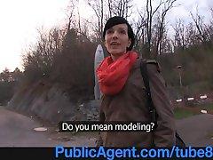 PublicAgent Høy og Tynn modell håpefulle tar kuk utendørs